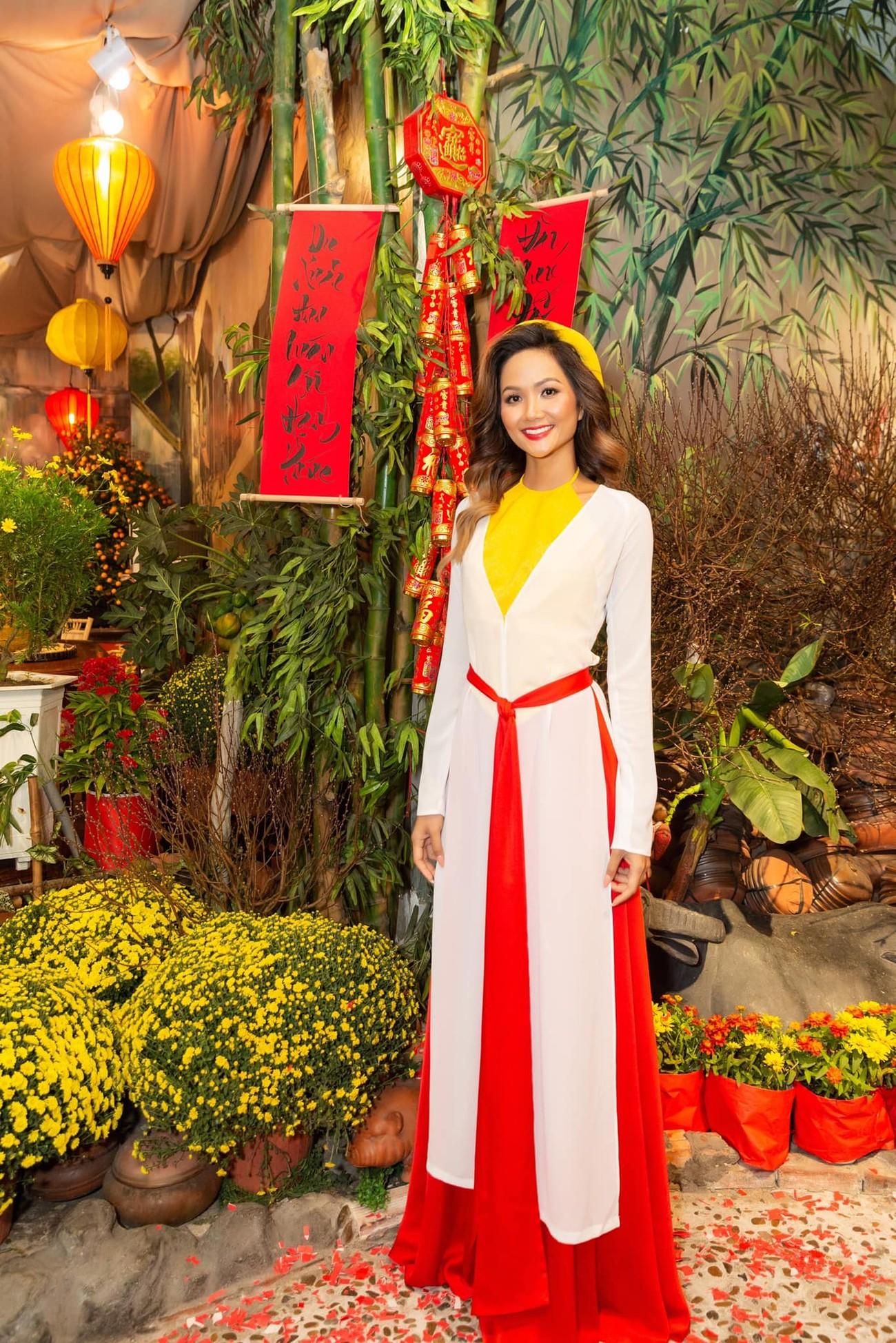 Hoa hậu Đỗ Thị Hà để mặt mộc vẫn đẹp rạng rỡ, H'hen Niê hoá 'nàng Xuân' với áo tứ thân ảnh 3