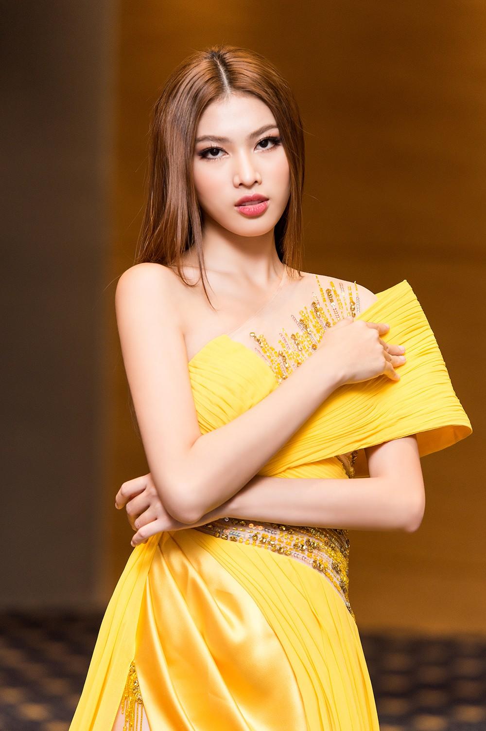 Á hậu Ngọc Thảo diện váy vàng rực khoe chân dài 1m11 cùng trình catwalk 'đỉnh cao' ảnh 3