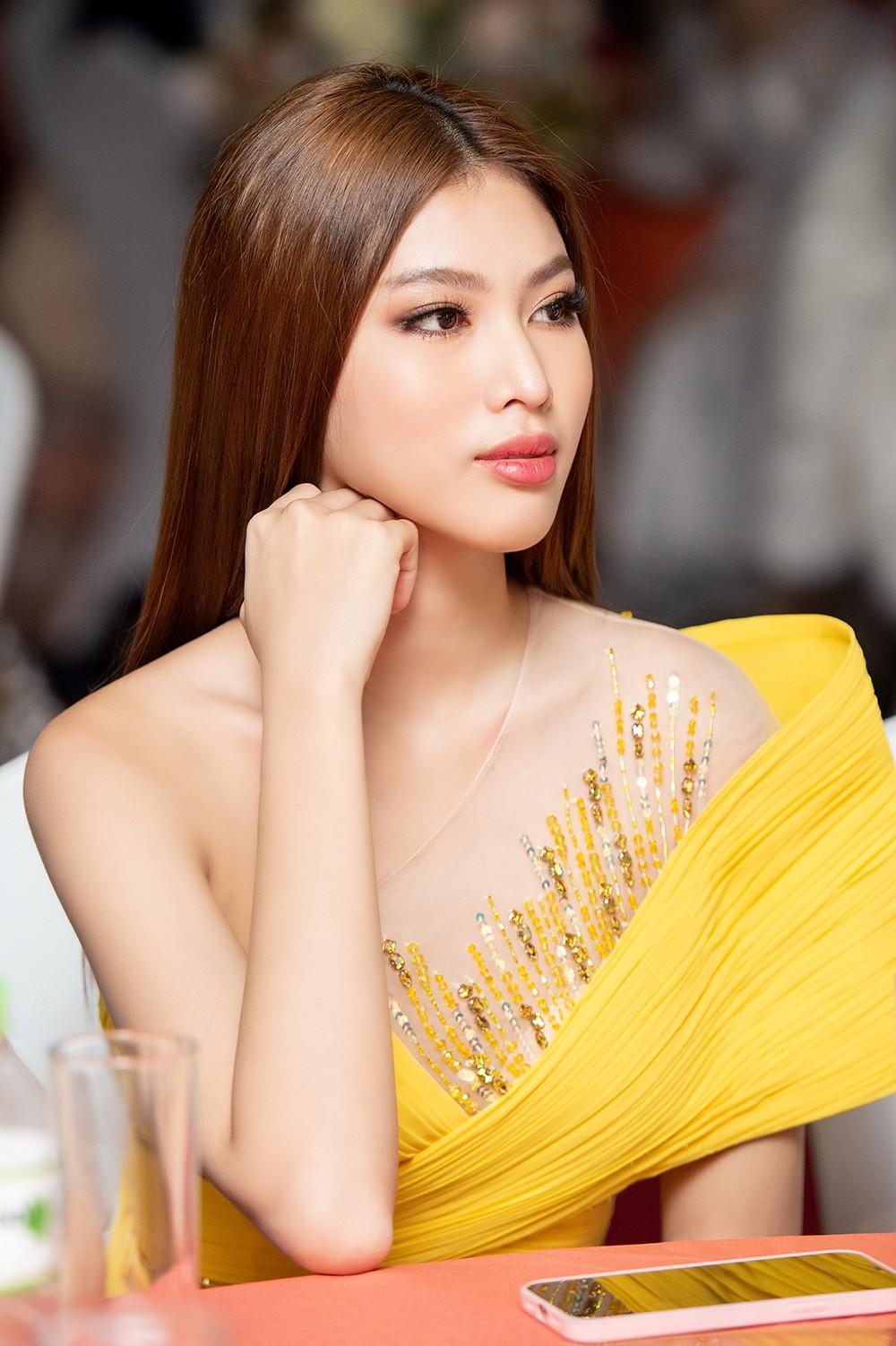 Á hậu Ngọc Thảo diện váy vàng rực khoe chân dài 1m11 cùng trình catwalk 'đỉnh cao' ảnh 11