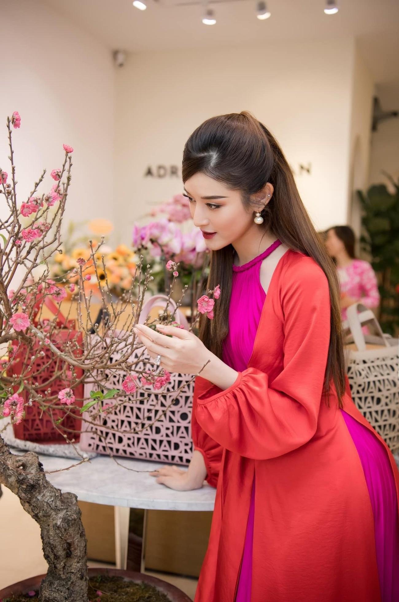 Tiểu Vy diện váy trễ vai gợi cảm, Lương Thuỳ Linh mặc đầm đỏ rực khoe chân dài 1m22 ảnh 15
