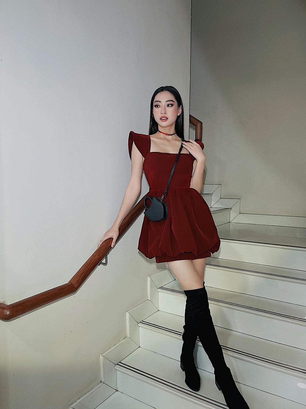 Tiểu Vy diện váy trễ vai gợi cảm, Lương Thuỳ Linh mặc đầm đỏ rực khoe chân dài 1m22 ảnh 3