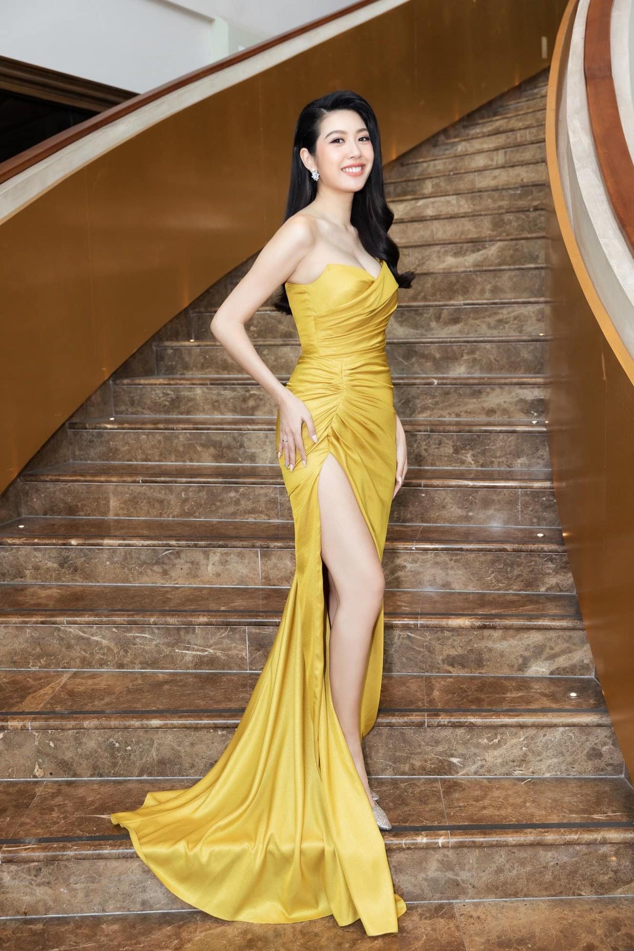 Tiểu Vy diện váy trễ vai gợi cảm, Lương Thuỳ Linh mặc đầm đỏ rực khoe chân dài 1m22 ảnh 10