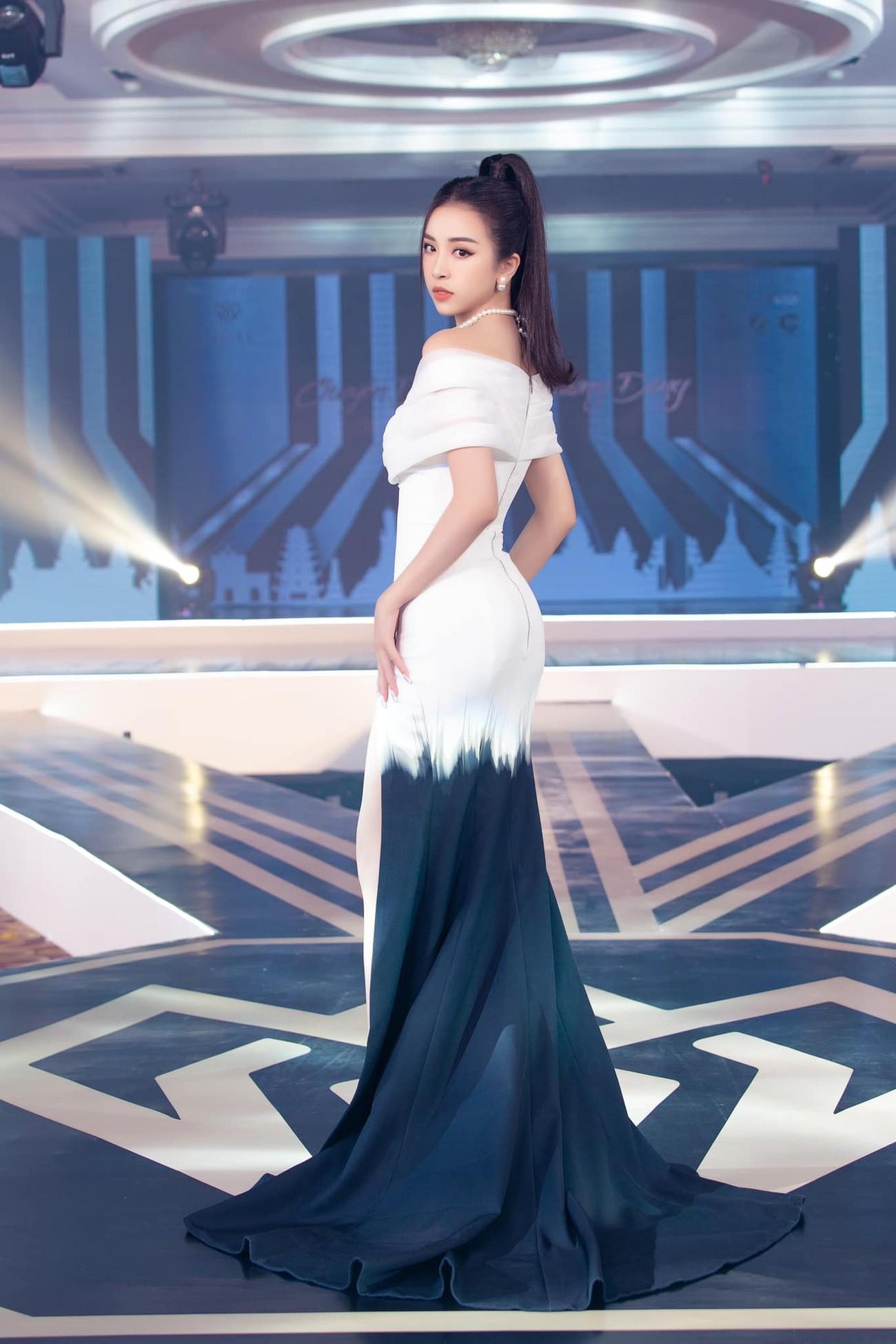 Hoa hậu Đỗ Thị Hà xinh đẹp nền nã với áo dài, H'Hen Niê hoá búp bê barbie nóng bỏng ảnh 4