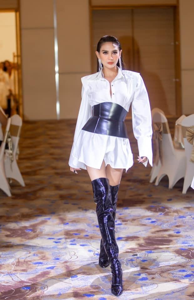 Hoa hậu Đỗ Thị Hà xinh đẹp nền nã với áo dài, H'Hen Niê hoá búp bê barbie nóng bỏng ảnh 6