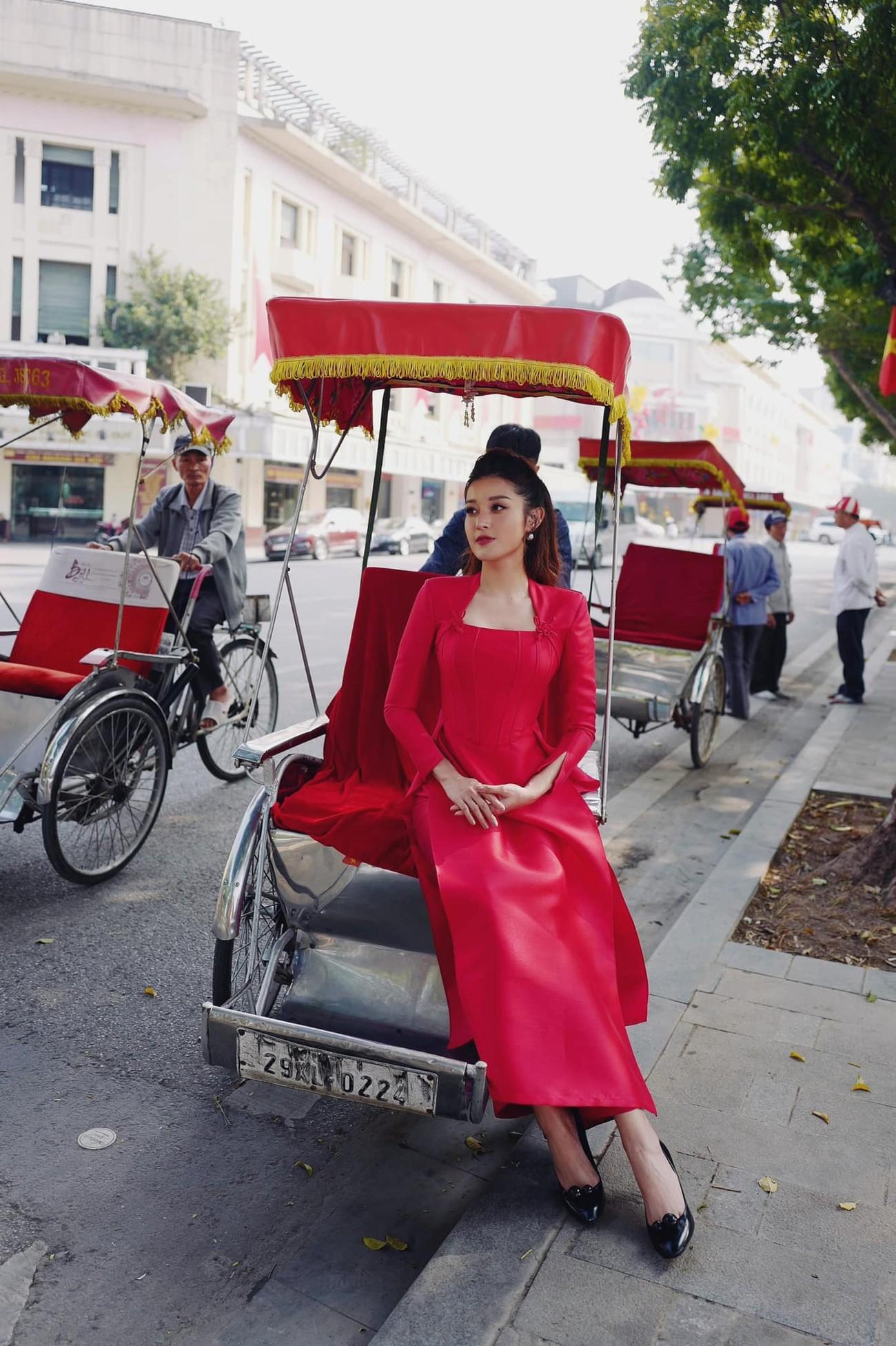 Hoa hậu Đỗ Thị Hà xinh đẹp nền nã với áo dài, H'Hen Niê hoá búp bê barbie nóng bỏng ảnh 12