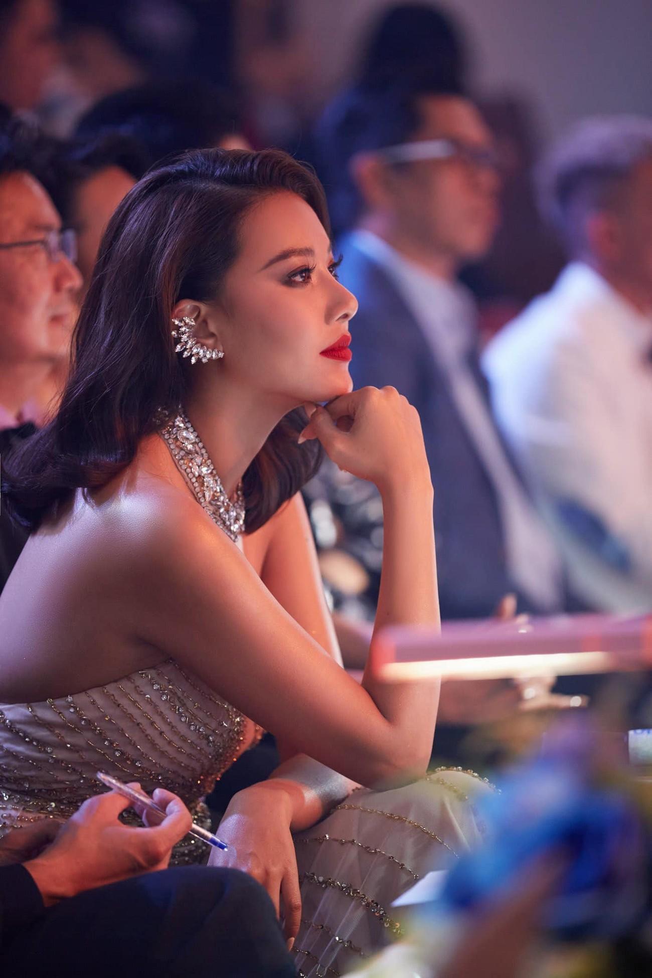 Hoa hậu Đỗ Thị Hà xinh đẹp nền nã với áo dài, H'Hen Niê hoá búp bê barbie nóng bỏng ảnh 10