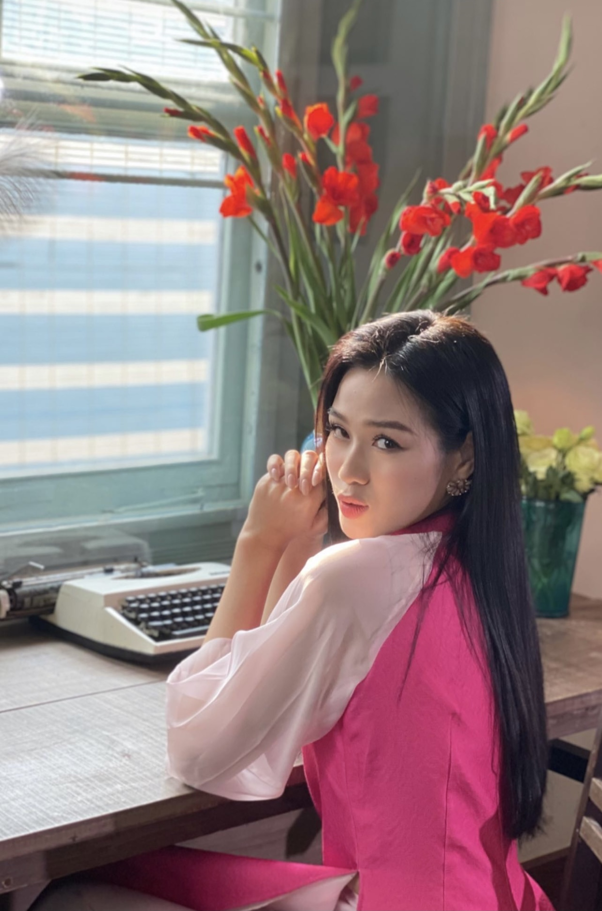 Hoa hậu Đỗ Thị Hà xinh đẹp nền nã với áo dài, H'Hen Niê hoá búp bê barbie nóng bỏng ảnh 1