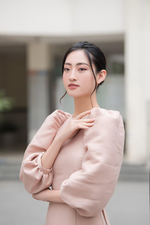 Đọ sắc với áo dài Tết, Hoa hậu Đỗ Thị Hà và Lương Thùy Linh đẹp 'một chín một mười' ảnh 6