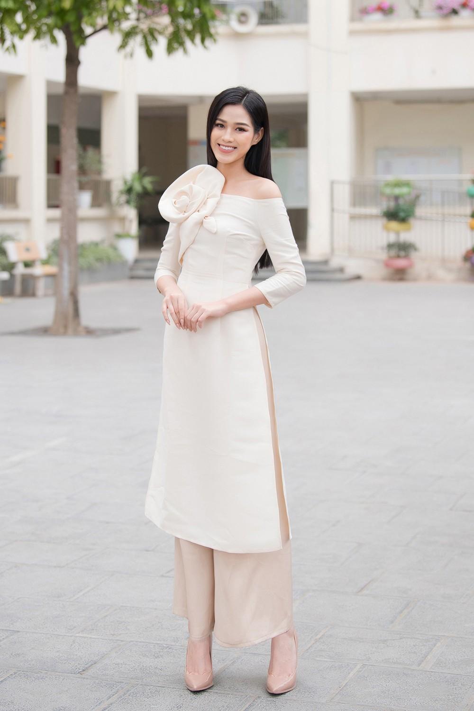 Đọ sắc với áo dài Tết, Hoa hậu Đỗ Thị Hà và Lương Thùy Linh đẹp 'một chín một mười' ảnh 1