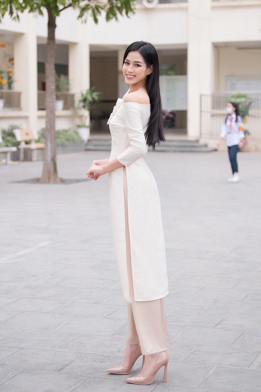 Đọ sắc với áo dài Tết, Hoa hậu Đỗ Thị Hà và Lương Thùy Linh đẹp 'một chín một mười' ảnh 2