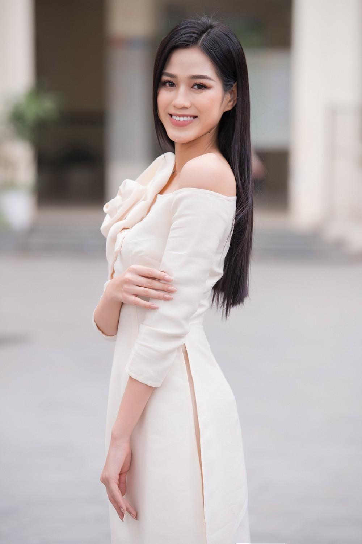 Đọ sắc với áo dài Tết, Hoa hậu Đỗ Thị Hà và Lương Thùy Linh đẹp 'một chín một mười' ảnh 4