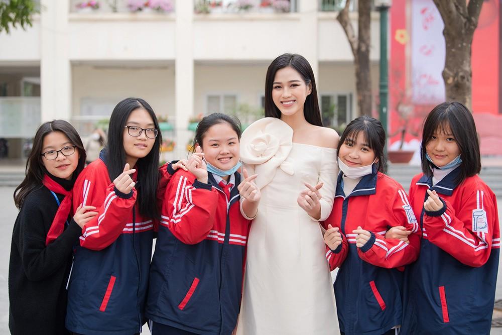 Đọ sắc với áo dài Tết, Hoa hậu Đỗ Thị Hà và Lương Thùy Linh đẹp 'một chín một mười' ảnh 10