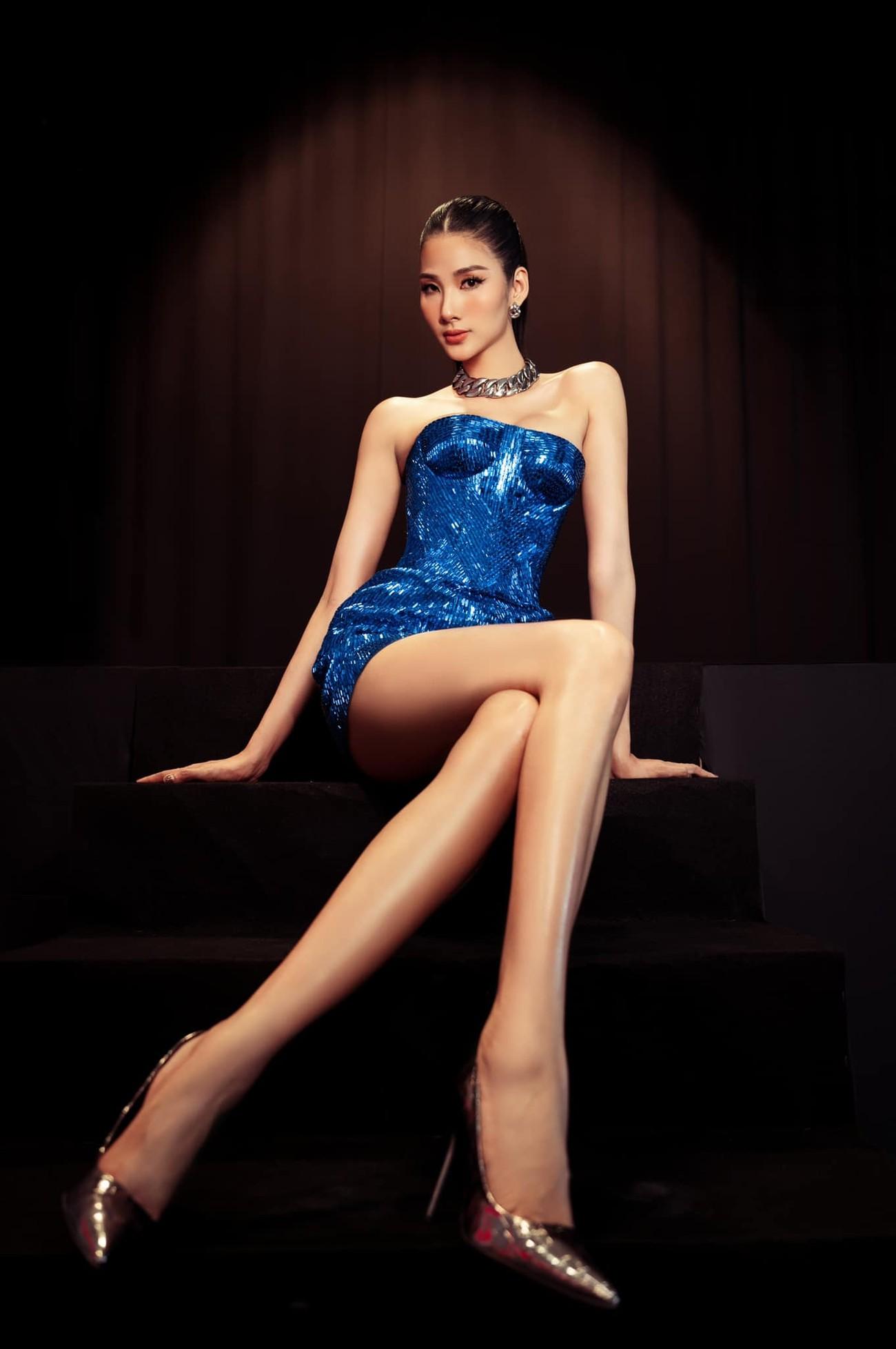 'Đụng hàng' chiếc váy xanh cúp ngực sexy, Hoàng Thuỳ-Minh Tú đẹp 'bất phân thắng bại' ảnh 3