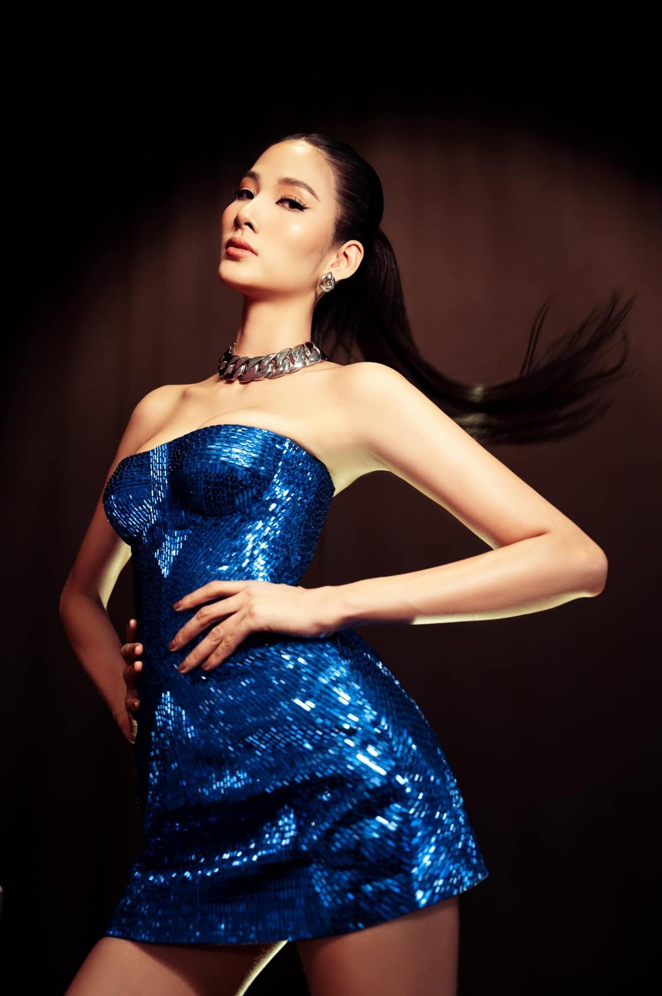 'Đụng hàng' chiếc váy xanh cúp ngực sexy, Hoàng Thuỳ-Minh Tú đẹp 'bất phân thắng bại' ảnh 1