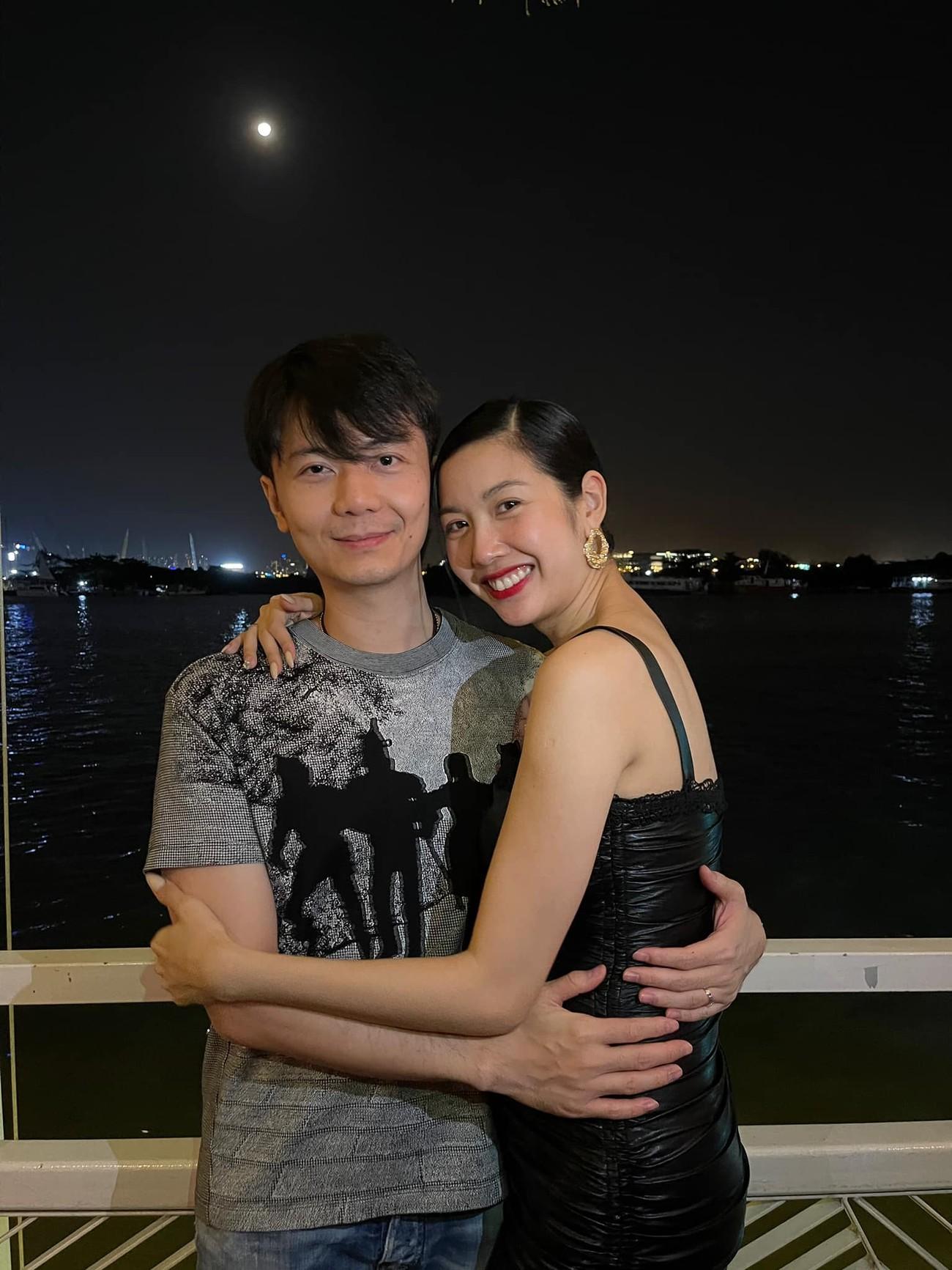 'Đụng hàng' chiếc váy xanh cúp ngực sexy, Hoàng Thuỳ-Minh Tú đẹp 'bất phân thắng bại' ảnh 15