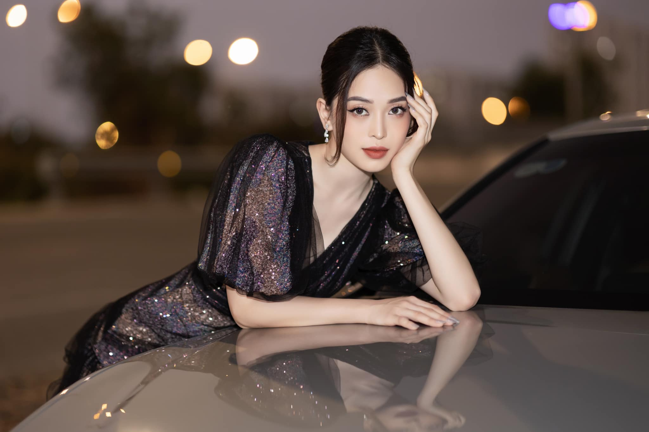 'Đụng hàng' chiếc váy xanh cúp ngực sexy, Hoàng Thuỳ-Minh Tú đẹp 'bất phân thắng bại' ảnh 11