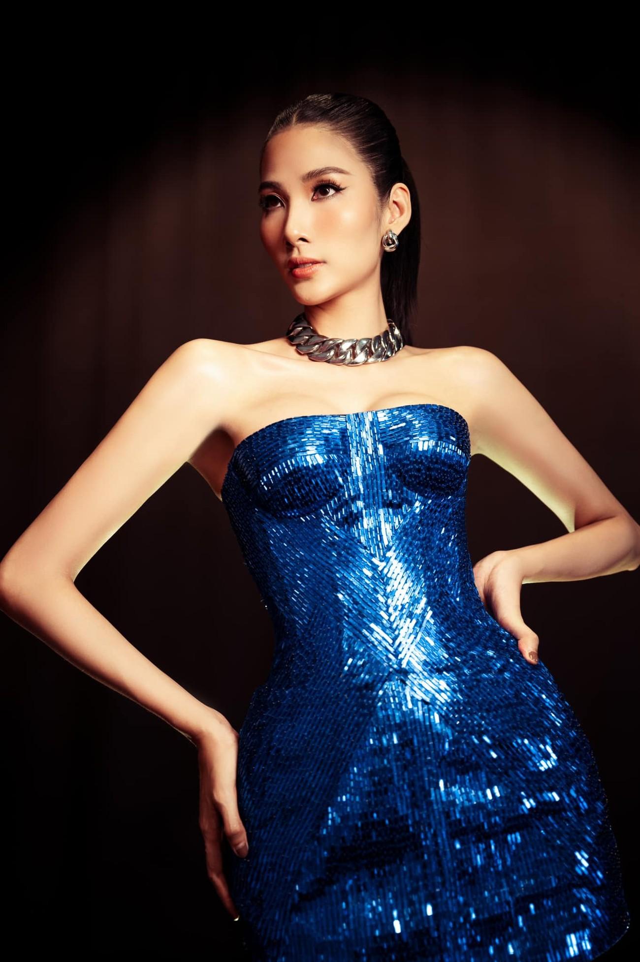 'Đụng hàng' chiếc váy xanh cúp ngực sexy, Hoàng Thuỳ-Minh Tú đẹp 'bất phân thắng bại' ảnh 2