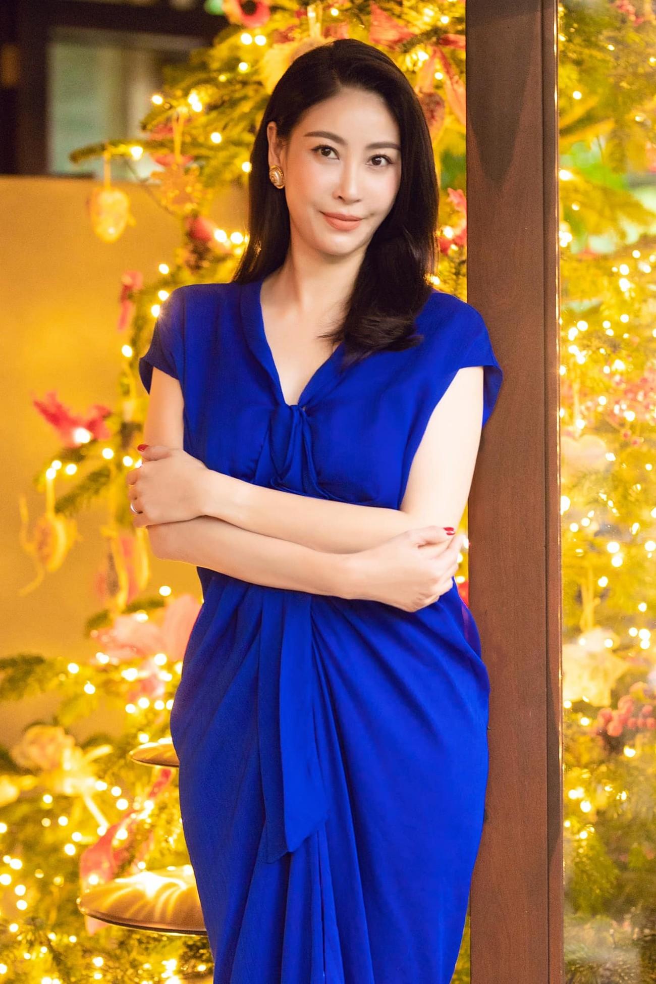 'Đụng hàng' chiếc váy xanh cúp ngực sexy, Hoàng Thuỳ-Minh Tú đẹp 'bất phân thắng bại' ảnh 10