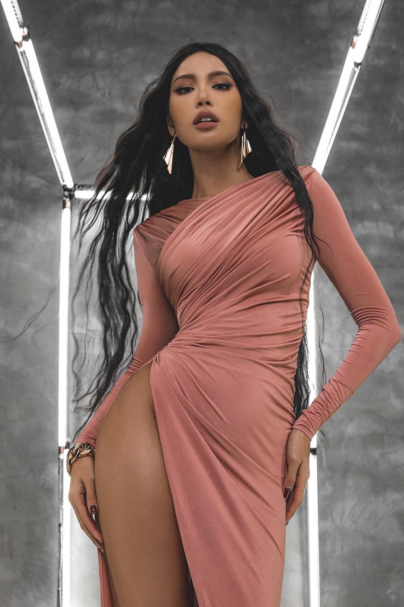 'Đụng hàng' chiếc váy xanh cúp ngực sexy, Hoàng Thuỳ-Minh Tú đẹp 'bất phân thắng bại' ảnh 6