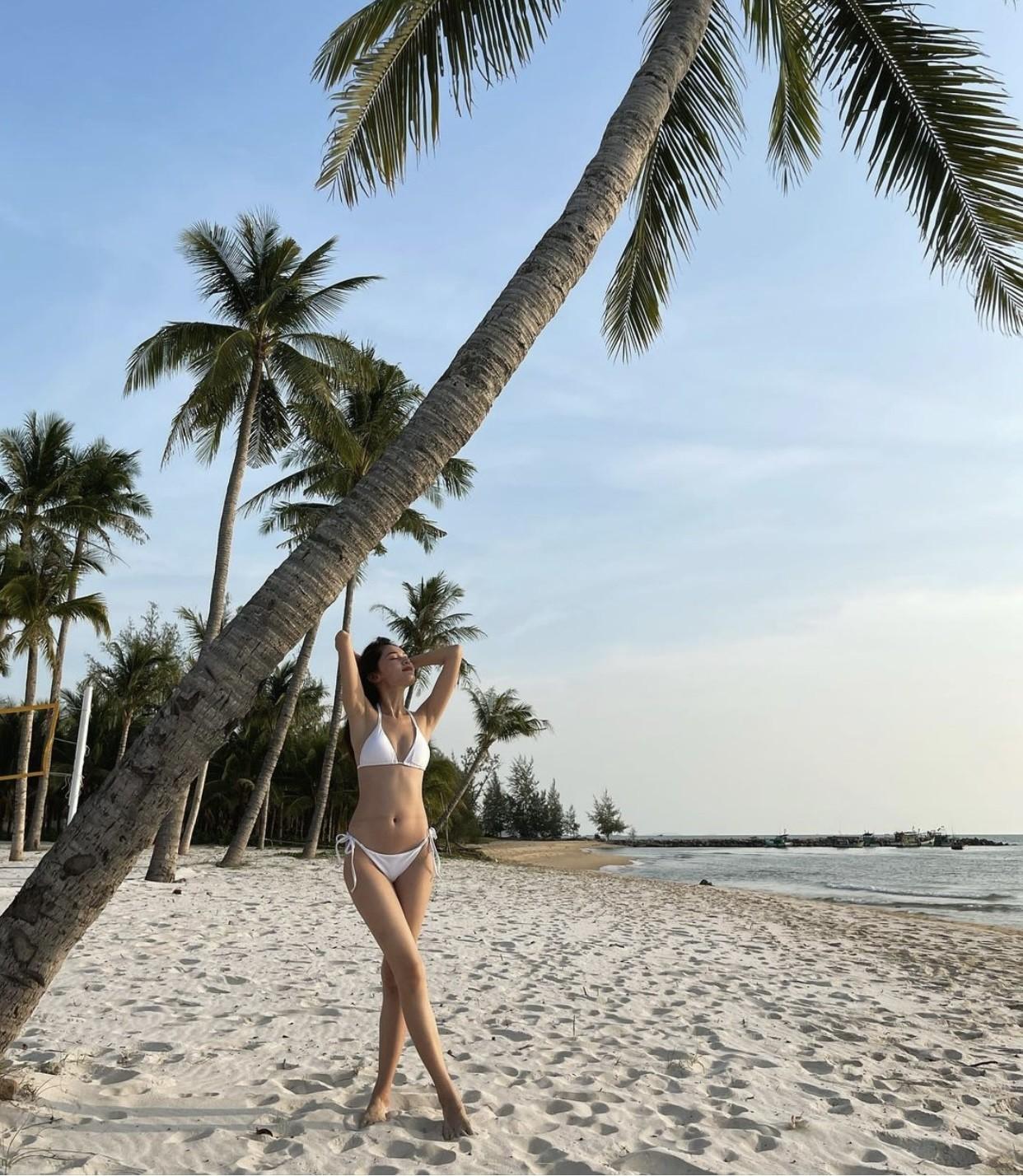 Á hậu Thuỳ Dung nóng bỏng với bikini trên biển, Đào Thị Hà mặc áo trễ nải quyến rũ ảnh 2