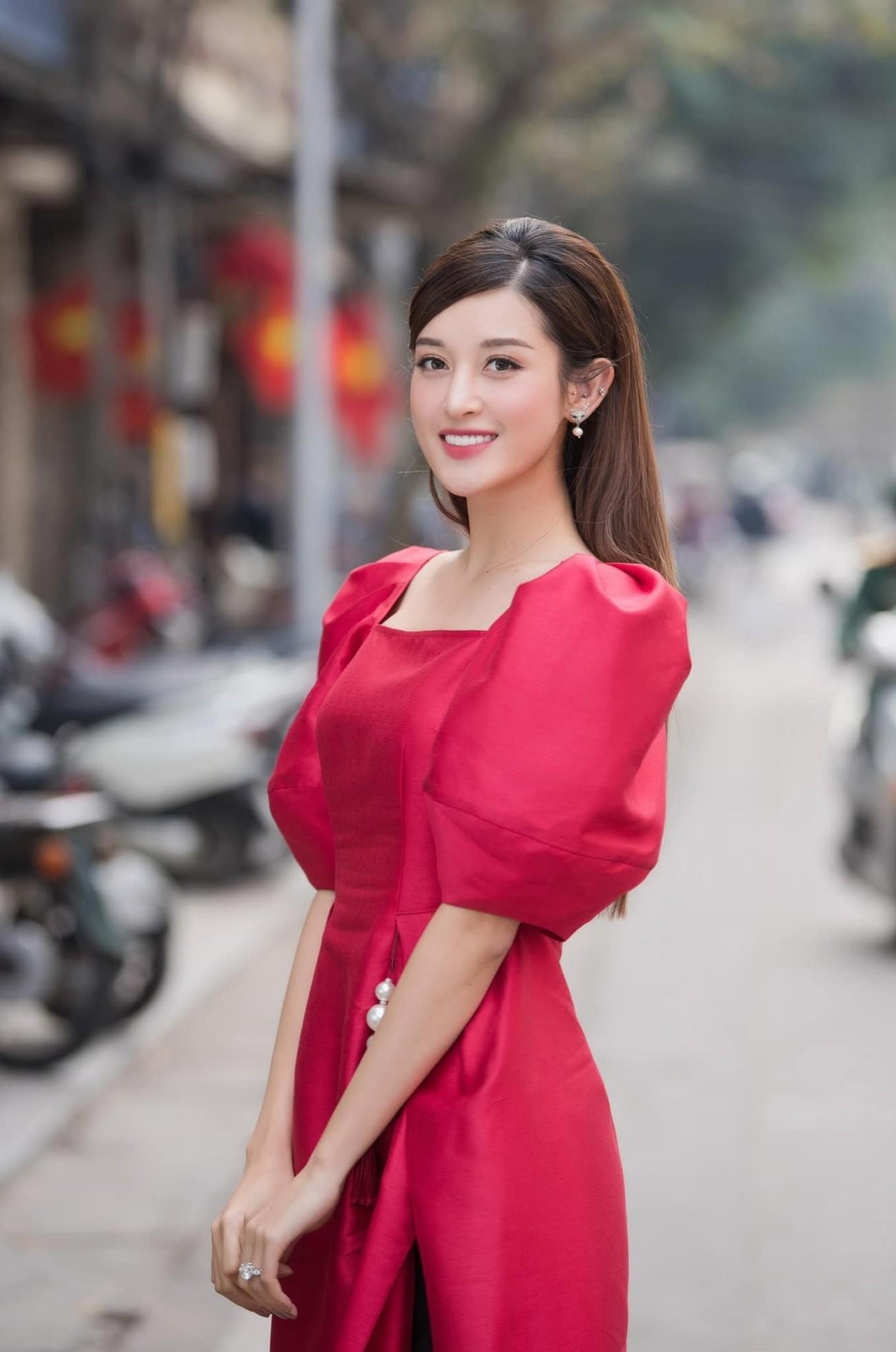 Á hậu Phương Anh khoe eo thon quyến rũ, Huyền My xinh đẹp trên phố với áo dài Tết đỏ rực ảnh 4