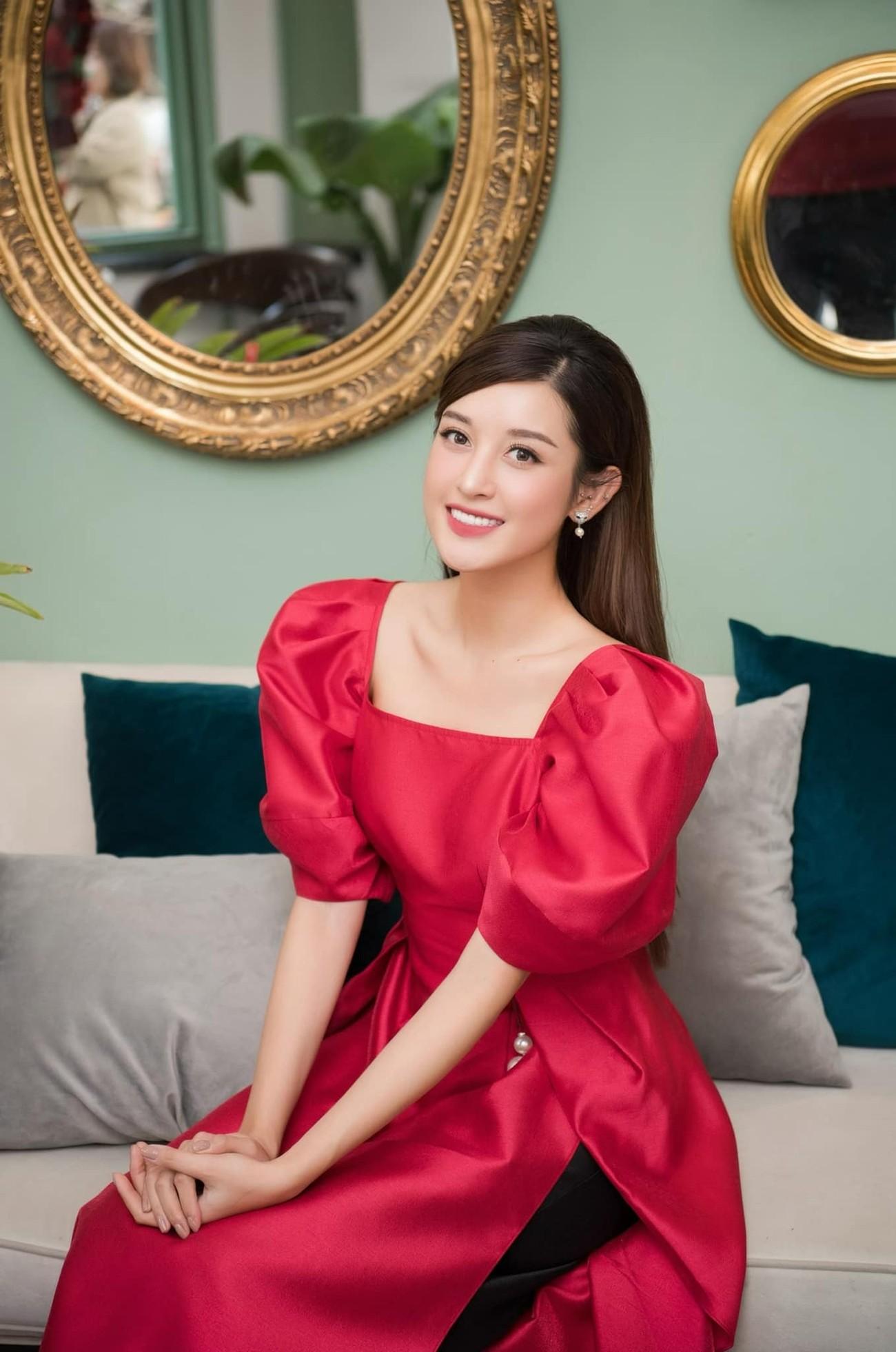 Á hậu Phương Anh khoe eo thon quyến rũ, Huyền My xinh đẹp trên phố với áo dài Tết đỏ rực ảnh 3