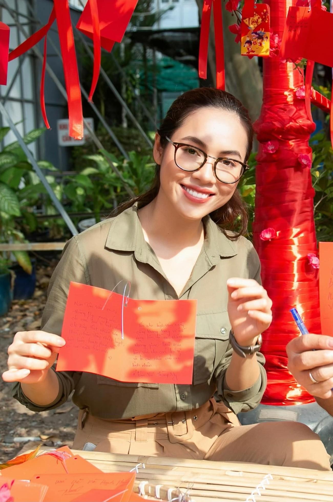 Á hậu Phương Anh khoe eo thon quyến rũ, Huyền My xinh đẹp trên phố với áo dài Tết đỏ rực ảnh 7