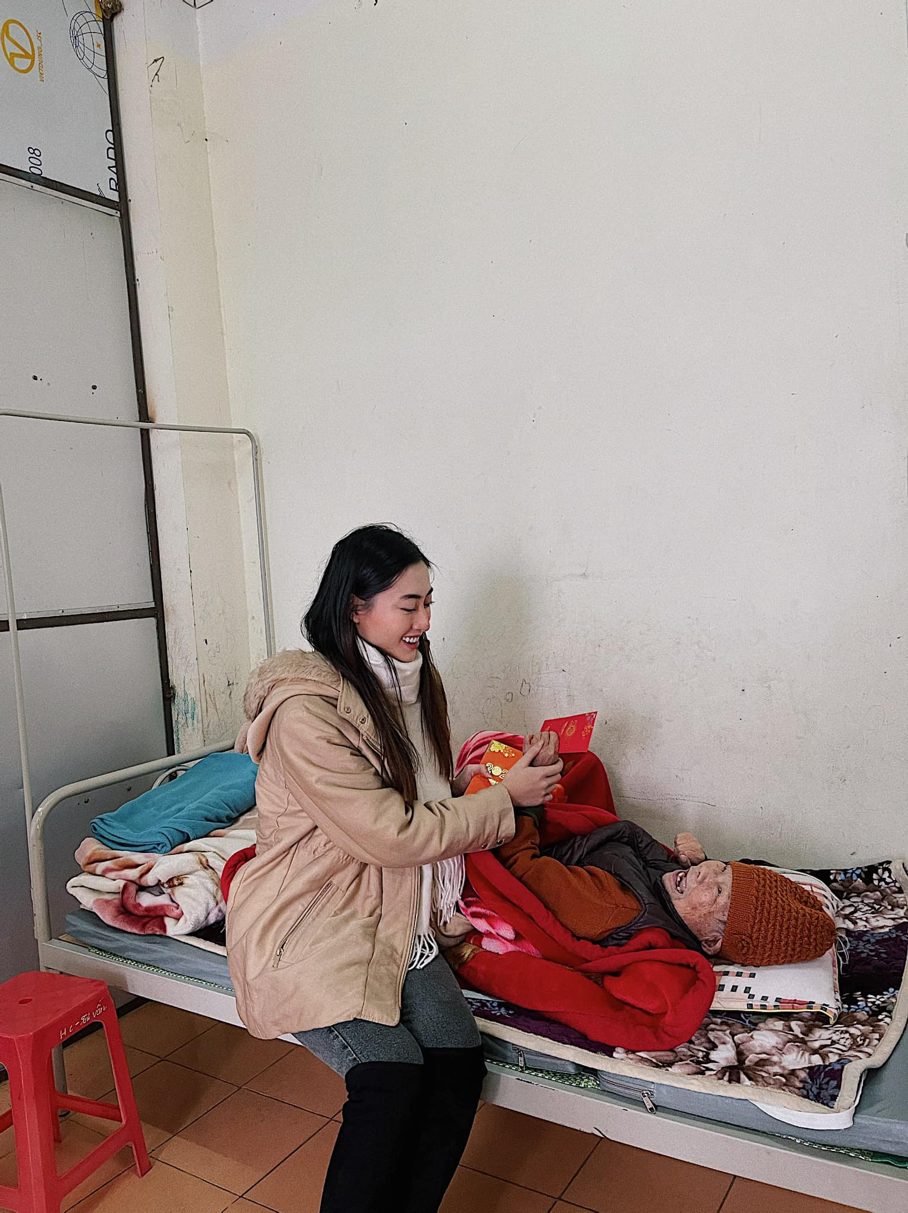 Đỗ Thị Hà, Lương Thuỳ Linh mặc giản dị vẫn đẹp rạng rỡ trong chuyến từ thiện cuối cùng của năm ảnh 7