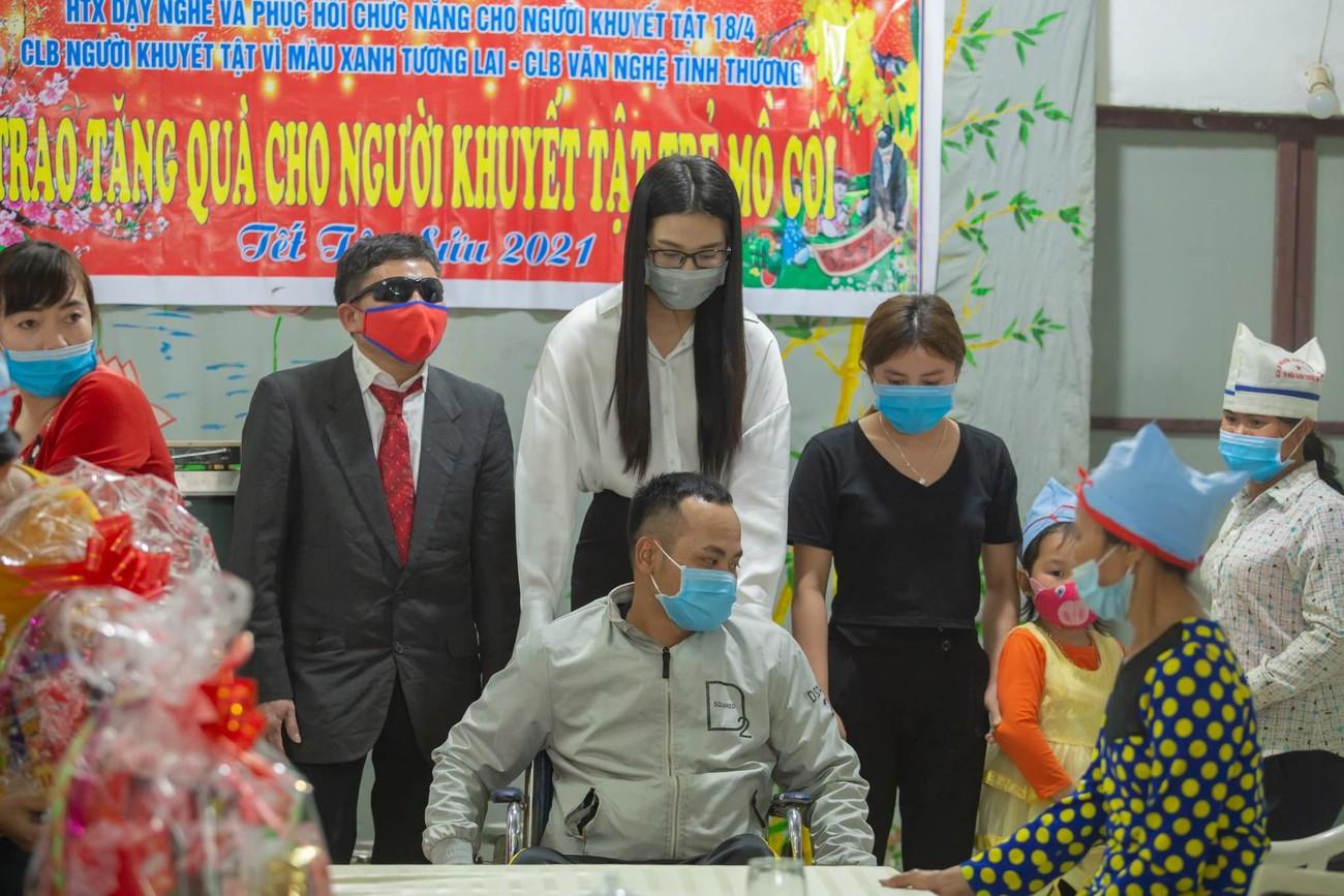 Đỗ Thị Hà, Lương Thuỳ Linh mặc giản dị vẫn đẹp rạng rỡ trong chuyến từ thiện cuối cùng của năm ảnh 5