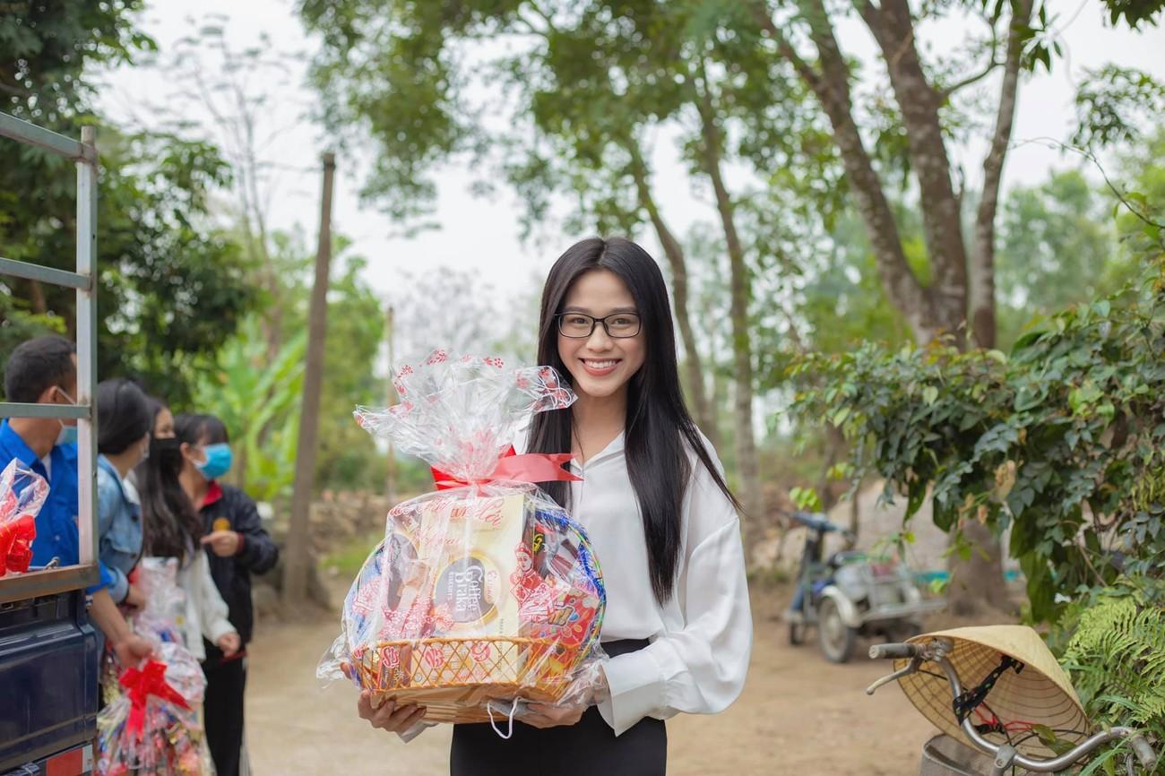 Đỗ Thị Hà, Lương Thuỳ Linh mặc giản dị vẫn đẹp rạng rỡ trong chuyến từ thiện cuối cùng của năm ảnh 3