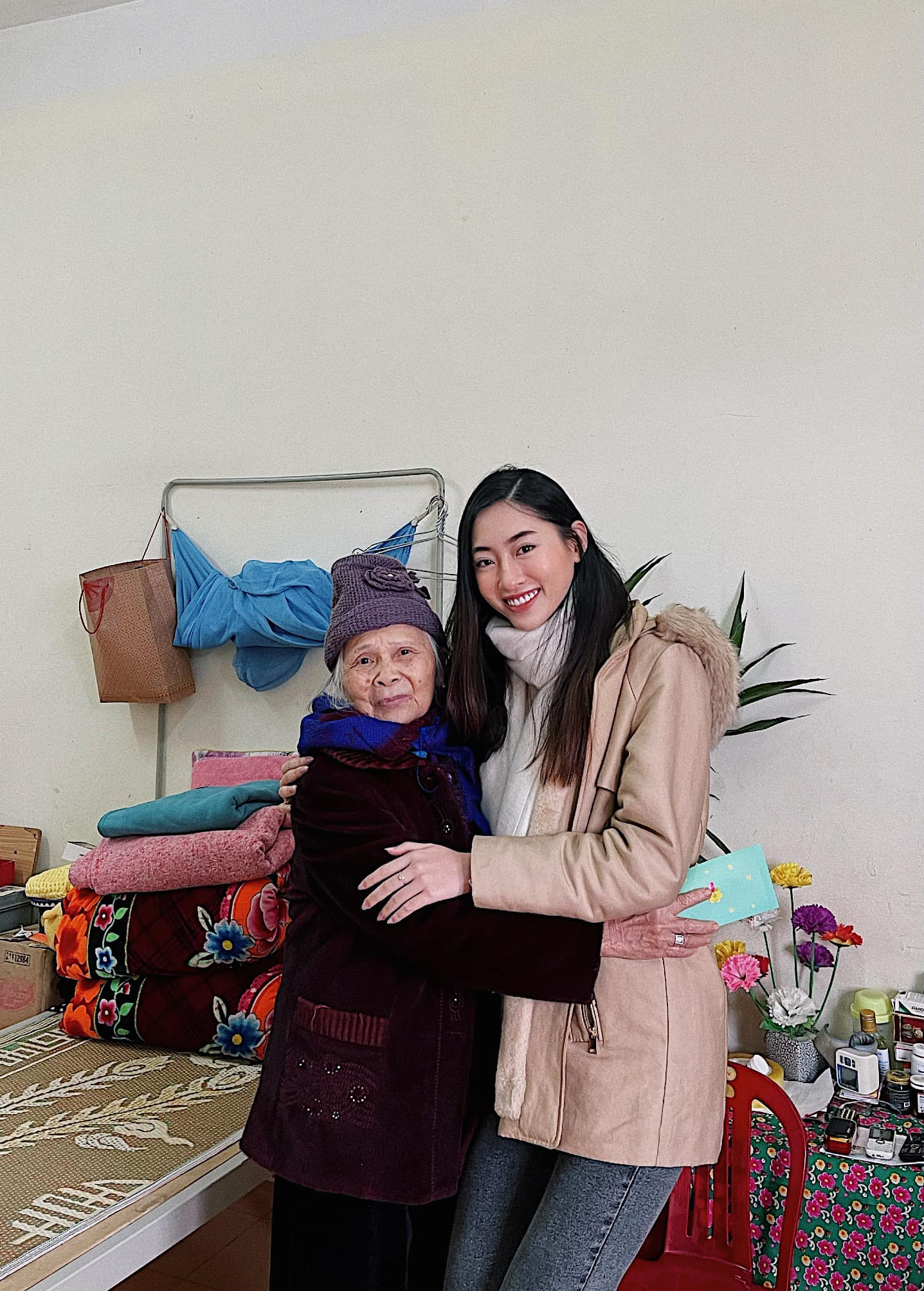 Đỗ Thị Hà, Lương Thuỳ Linh mặc giản dị vẫn đẹp rạng rỡ trong chuyến từ thiện cuối cùng của năm ảnh 8