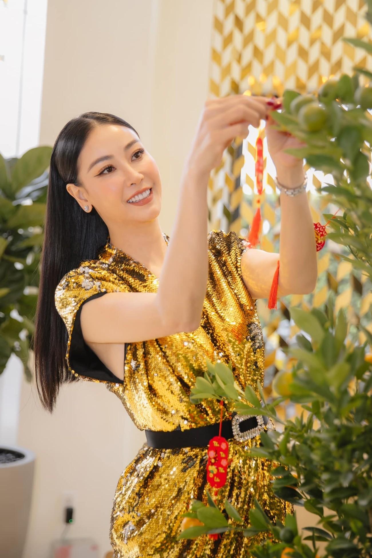 Hoa hậu Tiểu Vy khoe ảnh mẹ diện áo dài ngày mùng 1 Tết, fans trầm trồ vì nhan sắc trẻ đẹp ảnh 21