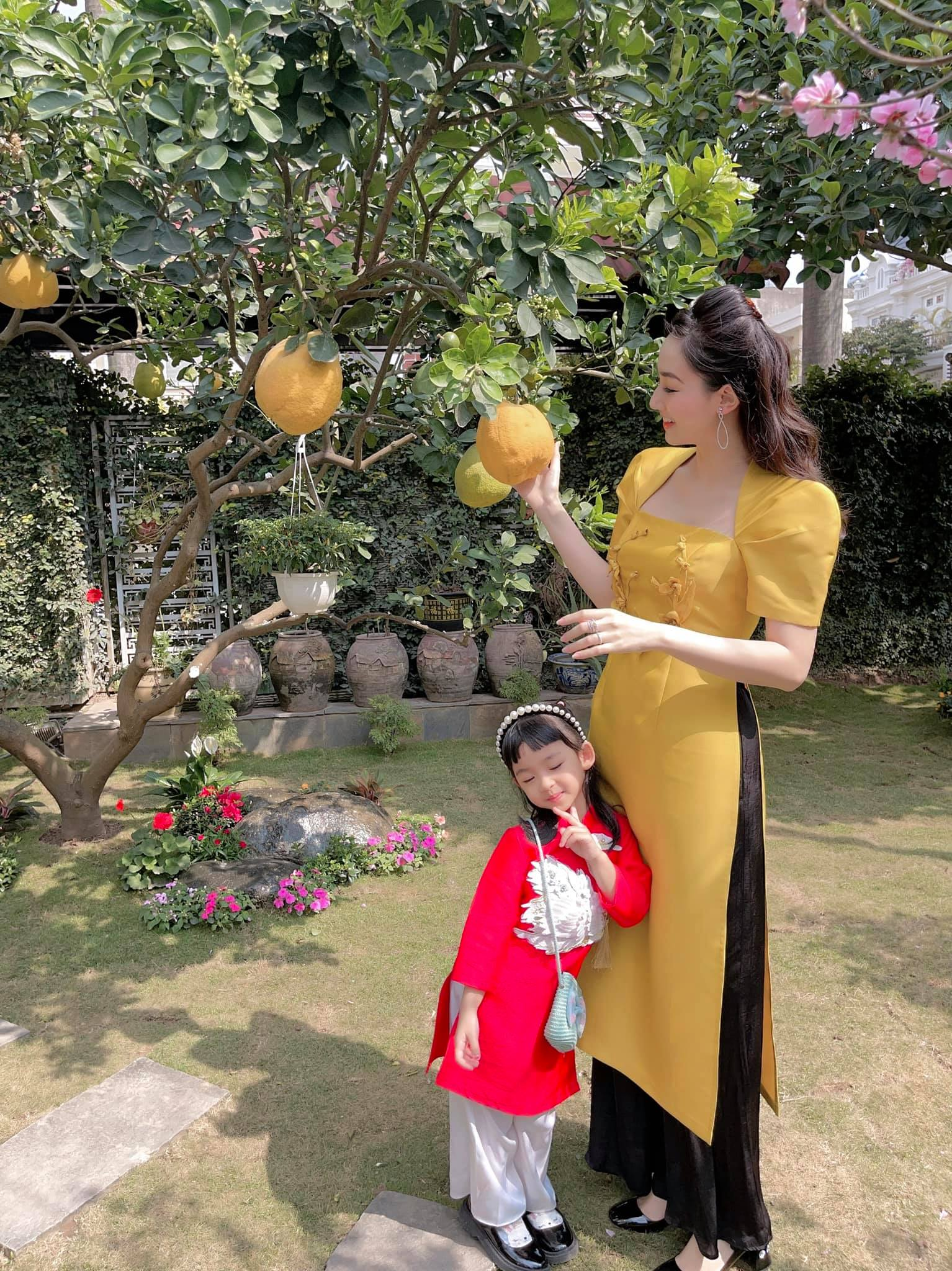 Hoa hậu Tiểu Vy khoe ảnh mẹ diện áo dài ngày mùng 1 Tết, fans trầm trồ vì nhan sắc trẻ đẹp ảnh 18