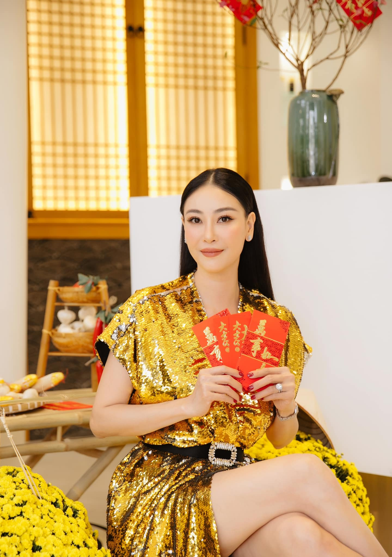Hoa hậu Tiểu Vy khoe ảnh mẹ diện áo dài ngày mùng 1 Tết, fans trầm trồ vì nhan sắc trẻ đẹp ảnh 20