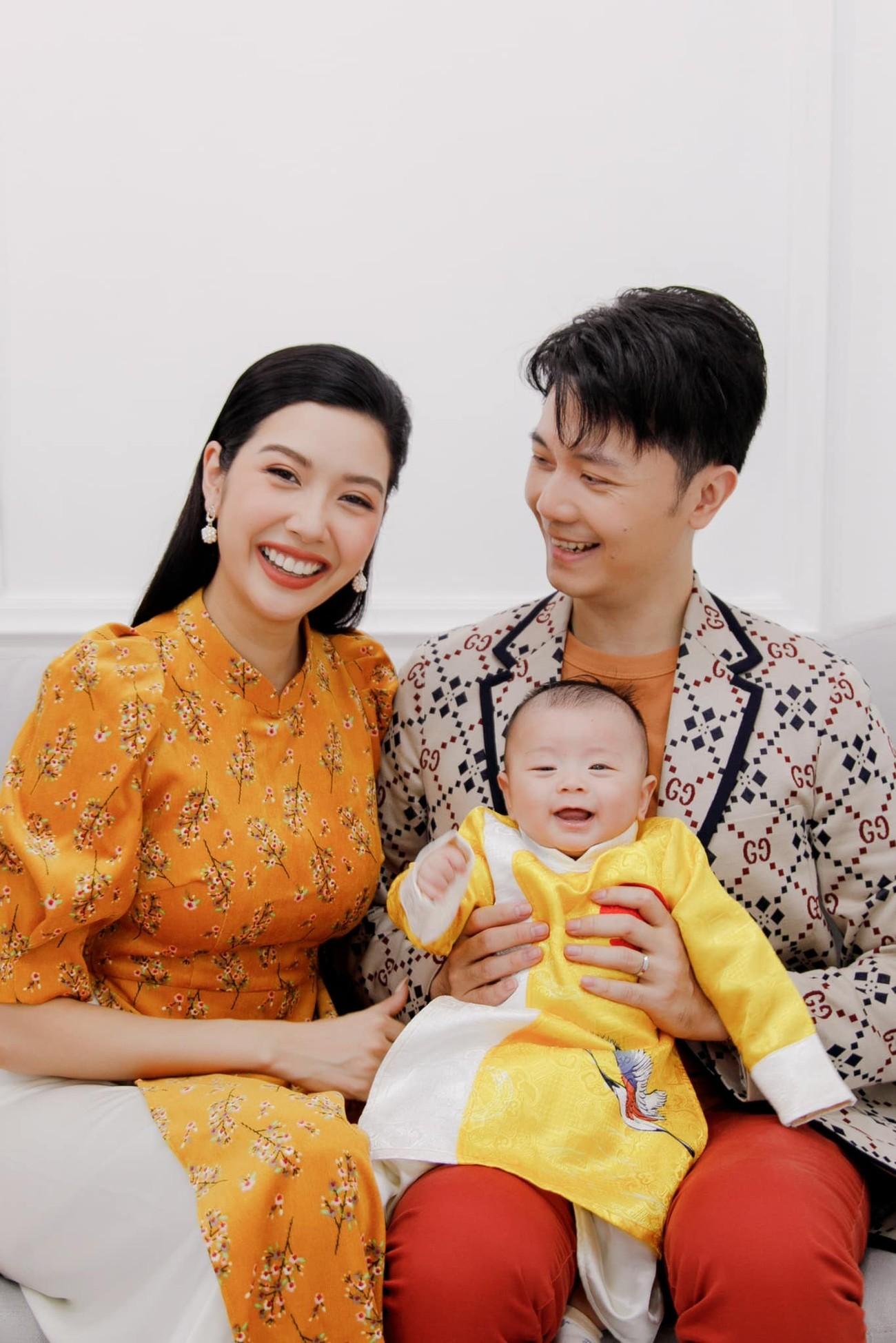 Hoa hậu Tiểu Vy khoe ảnh mẹ diện áo dài ngày mùng 1 Tết, fans trầm trồ vì nhan sắc trẻ đẹp ảnh 19