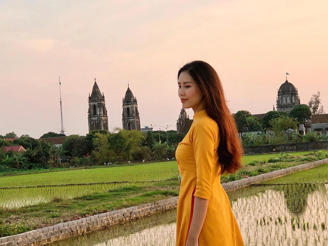 Hoa hậu Tiểu Vy khoe ảnh mẹ diện áo dài ngày mùng 1 Tết, fans trầm trồ vì nhan sắc trẻ đẹp ảnh 9