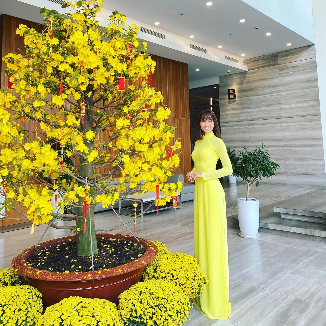 Hoa hậu Tiểu Vy khoe ảnh mẹ diện áo dài ngày mùng 1 Tết, fans trầm trồ vì nhan sắc trẻ đẹp ảnh 8