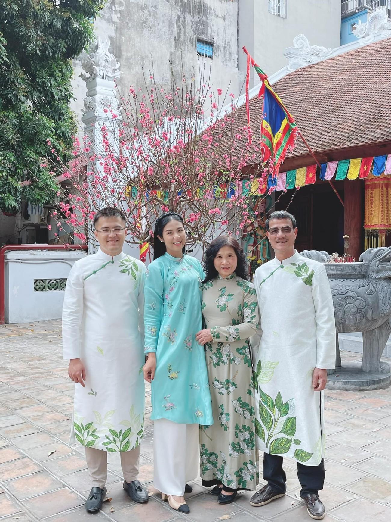Hoa hậu Tiểu Vy khoe ảnh mẹ diện áo dài ngày mùng 1 Tết, fans trầm trồ vì nhan sắc trẻ đẹp ảnh 7