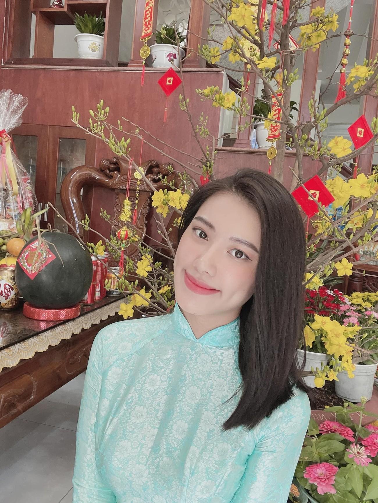 Hoa hậu Tiểu Vy khoe ảnh mẹ diện áo dài ngày mùng 1 Tết, fans trầm trồ vì nhan sắc trẻ đẹp ảnh 12