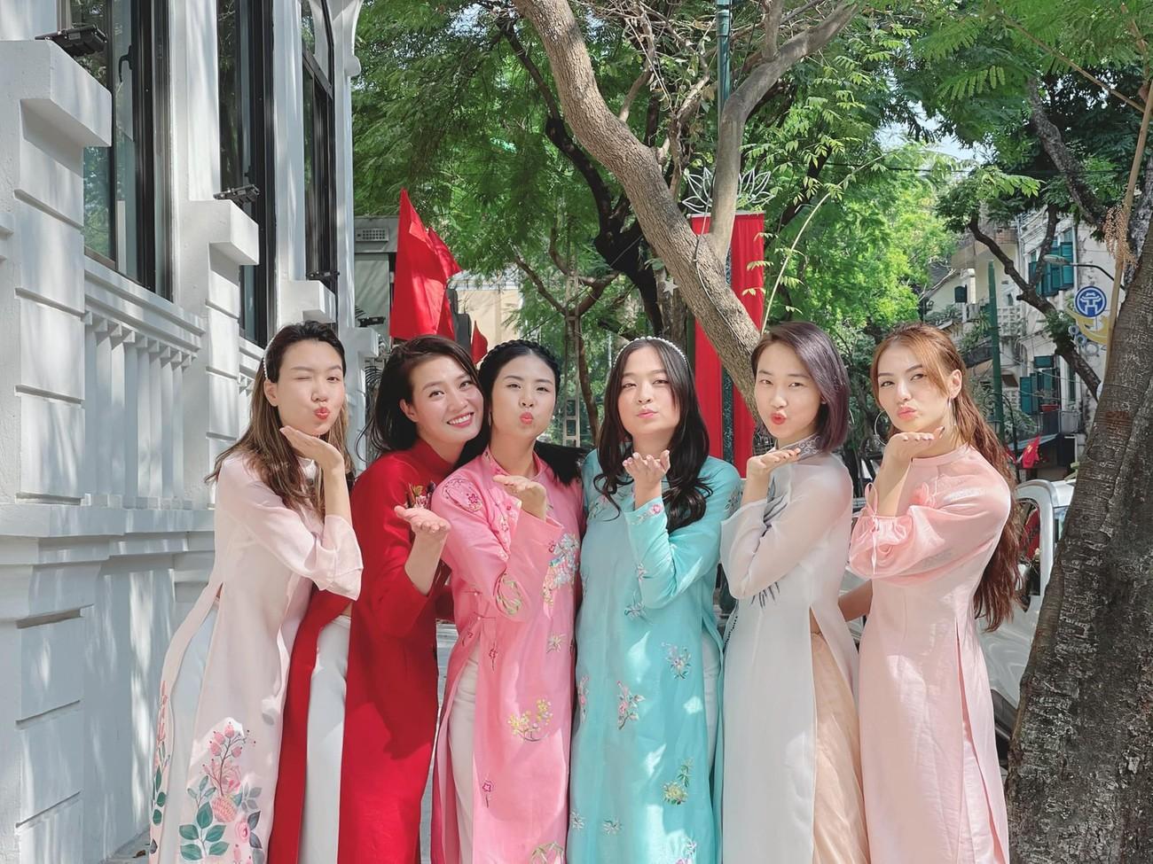 Ngọc Hân và hội bạn thân cả thập kỷ mặc áo dài khoe dáng trên phố Xuân mùng 2 Tết ảnh 2