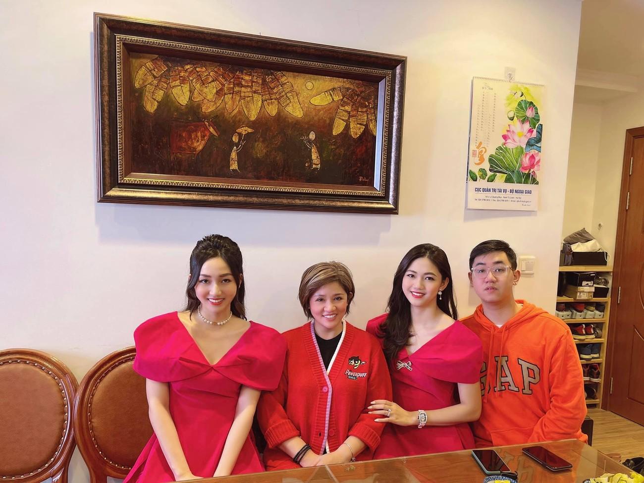 Ngọc Hân và hội bạn thân cả thập kỷ mặc áo dài khoe dáng trên phố Xuân mùng 2 Tết ảnh 15
