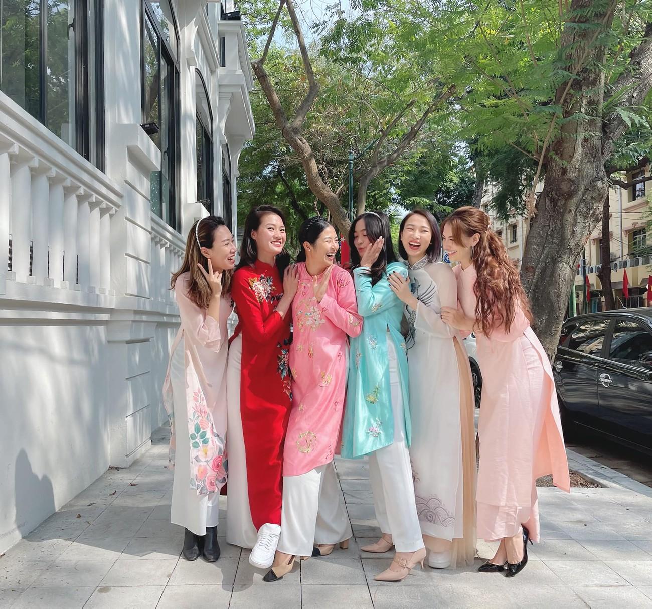 Ngọc Hân và hội bạn thân cả thập kỷ mặc áo dài khoe dáng trên phố Xuân mùng 2 Tết ảnh 1