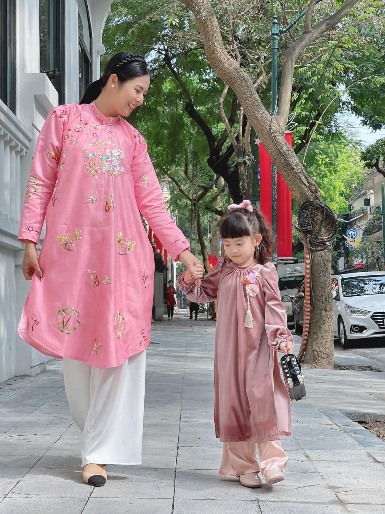 Ngọc Hân và hội bạn thân cả thập kỷ mặc áo dài khoe dáng trên phố Xuân mùng 2 Tết ảnh 4