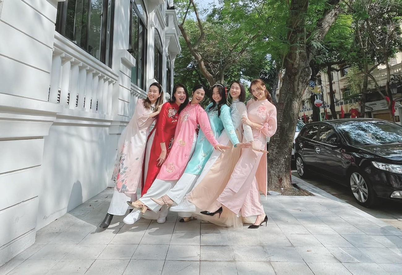 Ngọc Hân và hội bạn thân cả thập kỷ mặc áo dài khoe dáng trên phố Xuân mùng 2 Tết ảnh 3