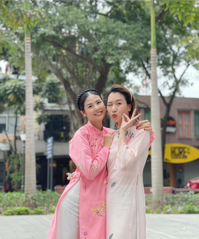 Ngọc Hân và hội bạn thân cả thập kỷ mặc áo dài khoe dáng trên phố Xuân mùng 2 Tết ảnh 5