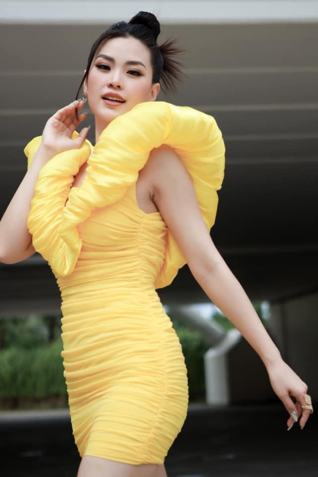 Tiểu Vy mặc áo hai dây màu nude nóng bỏng, Đỗ Mỹ Linh vai trần quyến rũ xuống phố mùng 3 Tết ảnh 6