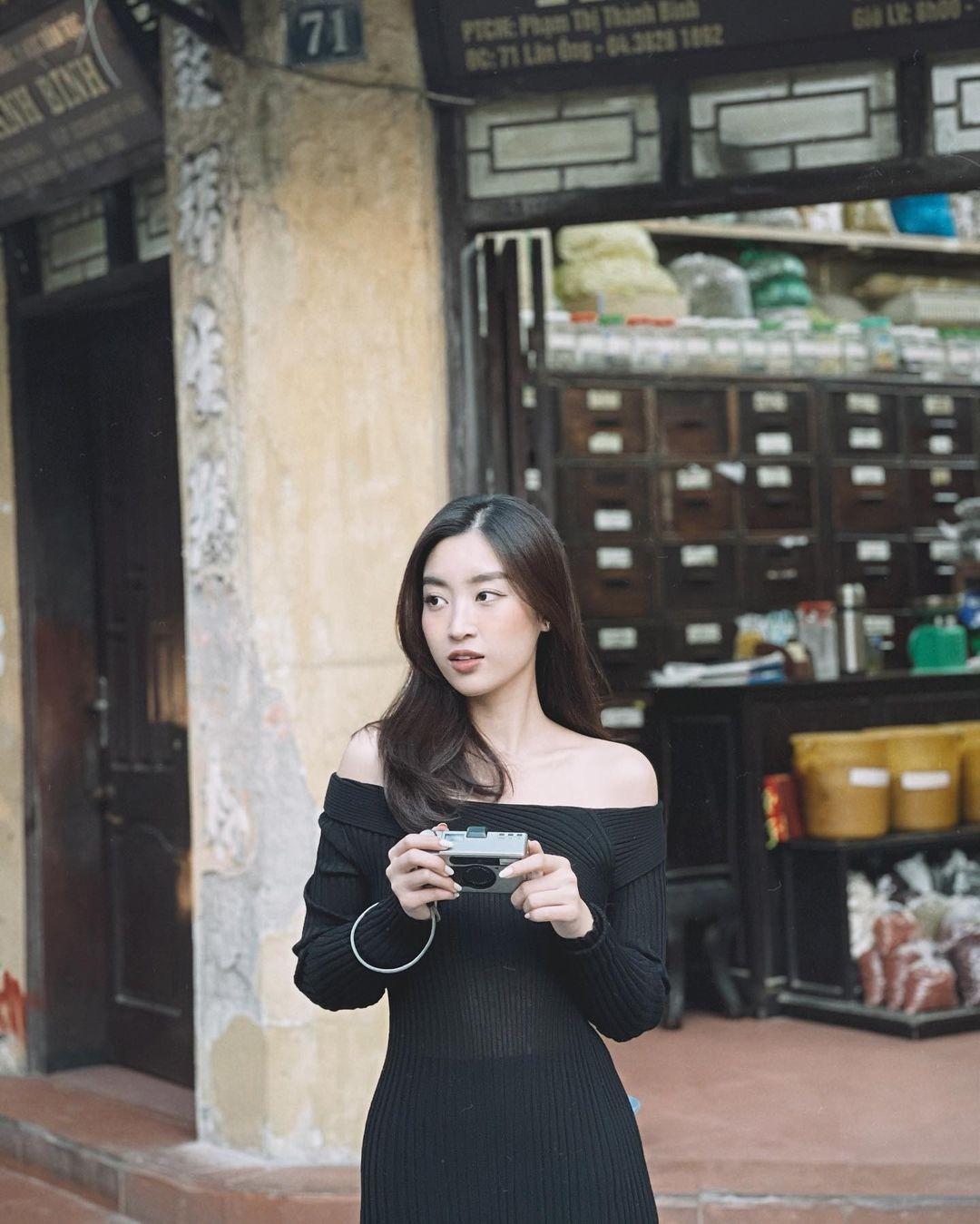 Tiểu Vy mặc áo hai dây màu nude nóng bỏng, Đỗ Mỹ Linh vai trần quyến rũ xuống phố mùng 3 Tết ảnh 3