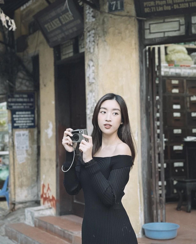 Tiểu Vy mặc áo hai dây màu nude nóng bỏng, Đỗ Mỹ Linh vai trần quyến rũ xuống phố mùng 3 Tết ảnh 4
