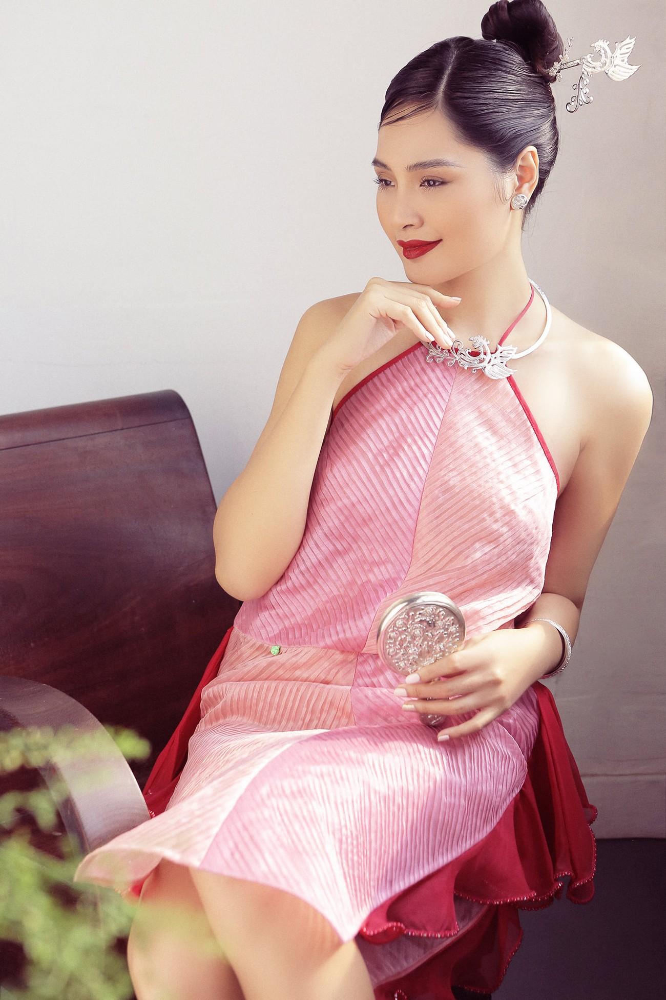 """""""Hoa hậu đẹp nhất châu Á 2009"""" Hương Giang đẹp gợi cảm hút hồn sau 11 năm kết hôn ảnh 5"""