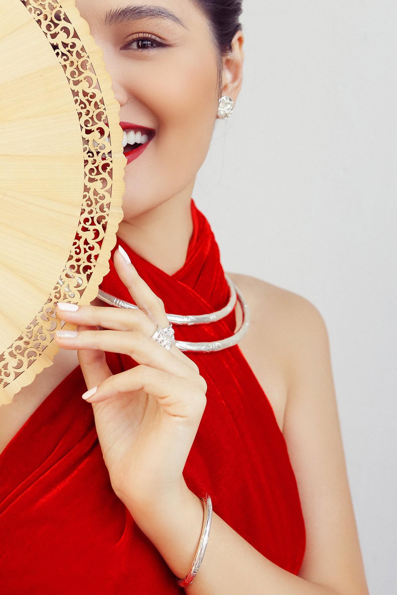 """""""Hoa hậu đẹp nhất châu Á 2009"""" Hương Giang đẹp gợi cảm hút hồn sau 11 năm kết hôn ảnh 2"""